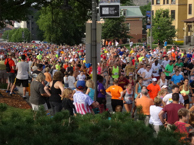 Thousands climb Brady Street Hill