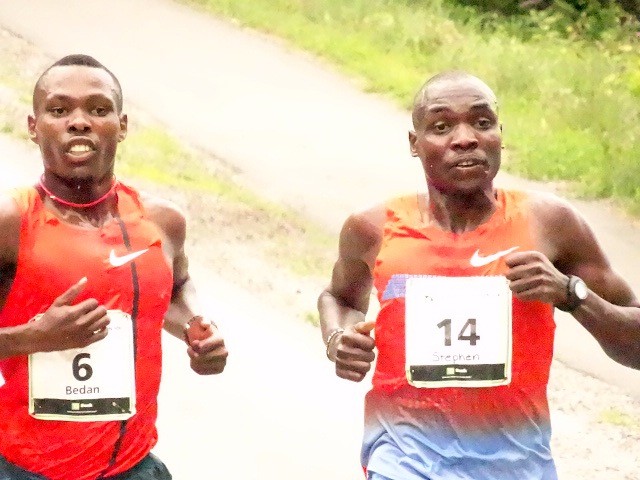 An intense battle for the lead between Karoki and Kibet.