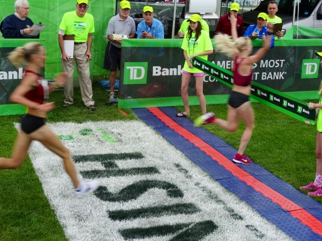 Last year's runner up Gemma Steel of England one-steps New England's own Shalane Flanagan for the women's title. Both are timed in 31:27.