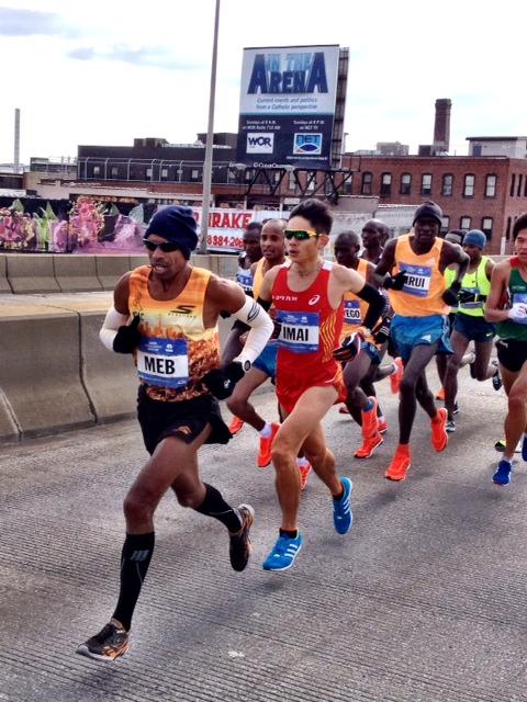 Meb leads up onto Pulaski Bridge at half-way in 67:53