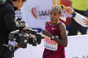 Mare Dibaba goes sub-2:20 in Xiamen (Jiang Dehong photo)