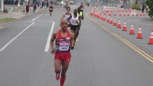 Meb pulls away at 2 miles (9:26, 4:44)